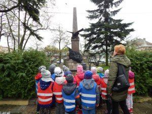przy pomniku ks. Brzózki
